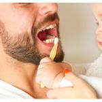 Baby beim Zähneputzen